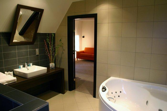 A wellness szálló fürdőszobáiba Gentiana kád került, hidromasszázs rendszerrel felszerelve.