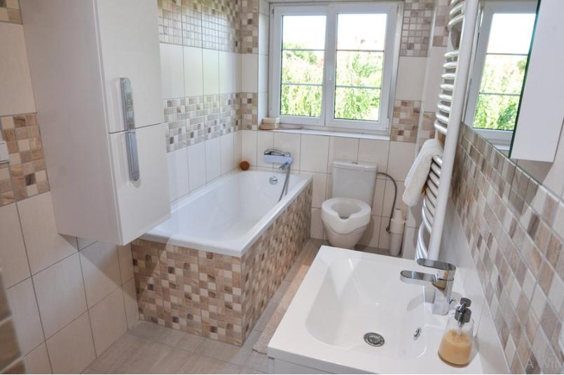 A biztonságos fürdőszoba kialakításához körültekintően kell kiválasztani a kádat, a wc-t, a mosdót, de még a fürdőszoba bútorokat is. Azuhanyzó esetében gyakran egyedi méretekre van szükség, amelyre a RAVAK termékek esetében van lehetőség.