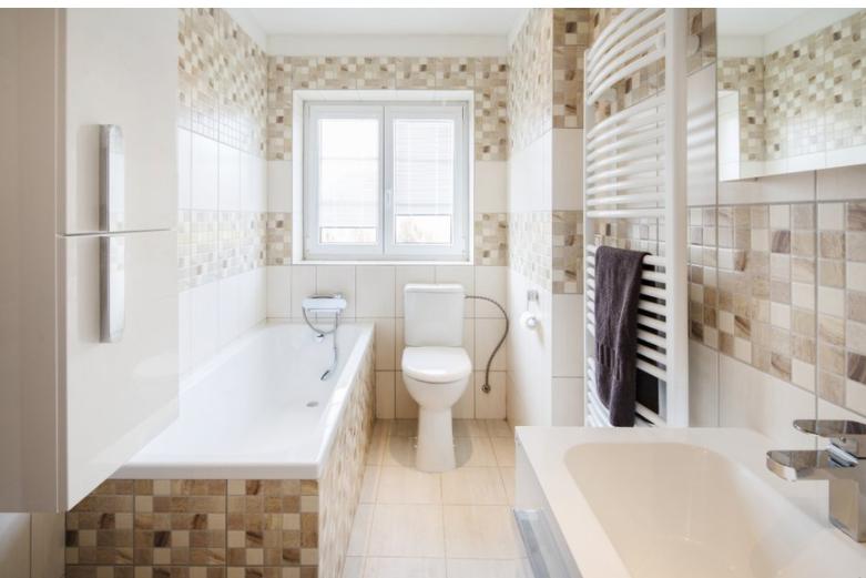 A speciális wc mellett fontos az egyedi igények kielégítése a fürdőkád, a zuhanyzó, de a fürdőszoba bútorok kapcsán is.