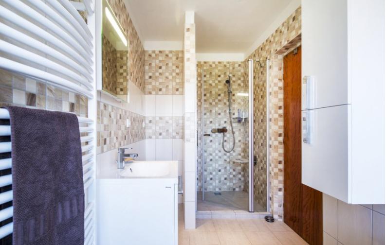 A nagyobb kényelem és biztonság érdekében a személyreszabott zuhanyfülke mellett egy Ovo lehajtható ülőkét is elhelyeztünk.