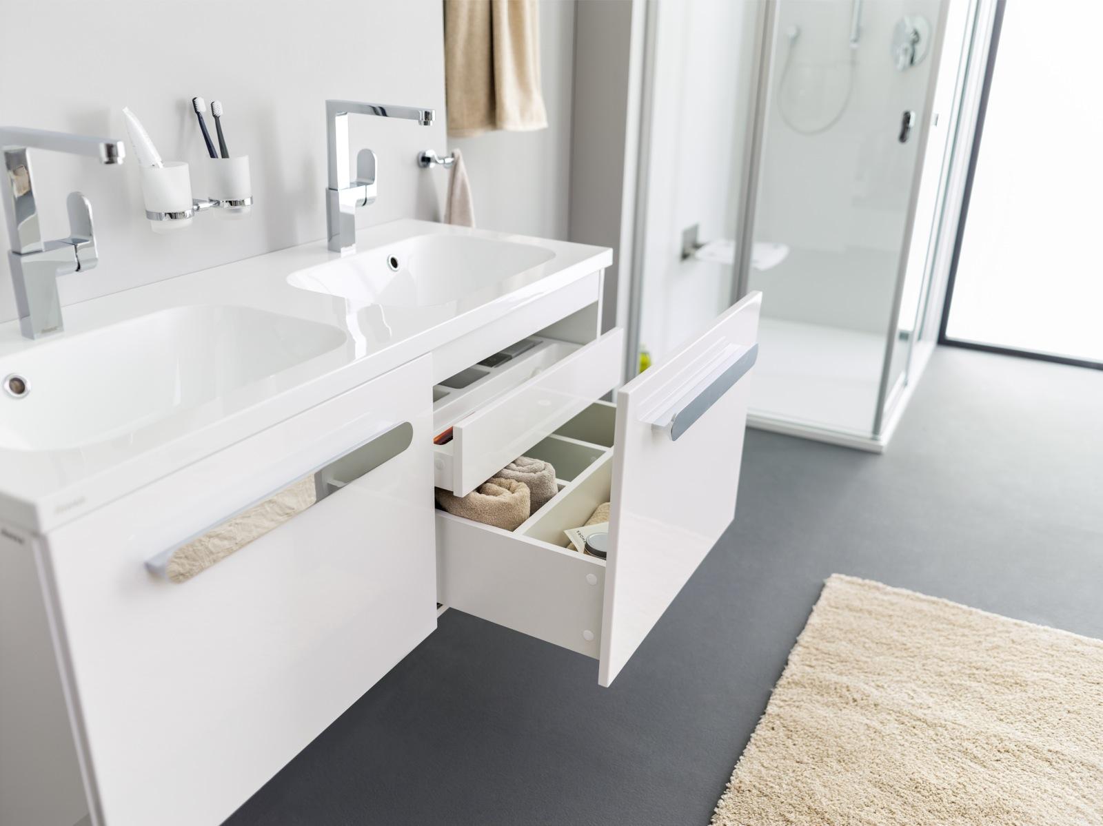 Fontos, hogy olyan darabokat válogasson össze a fürdőszobába, melyek nem csak önmagukban, hanem az egész részeként is harmóniát sugallanak, ahogyan ez a mosdó és mosdó alatti szekrény kombináció is.